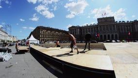 Gruppo sui lavoratori che sviluppano fase sulla via Presenti i bordi di legno tramite il trapano Sun stock footage