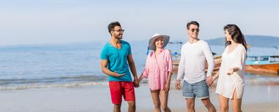 Gruppo sulle vacanze estive della spiaggia, spiaggia di camminata sorridente felice dei giovani degli amici Fotografia Stock Libera da Diritti