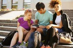 Gruppo sveglio di teenages alla costruzione di Immagini Stock