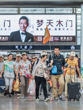 Gruppo turistico alla stazione ferroviaria del sud, Cina di Pechino Fotografia Stock Libera da Diritti
