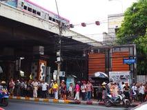Gruppo turistico cinese sotto il ponte di Phra Pinklao, Bangkok Fotografia Stock Libera da Diritti