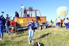 Gruppo turistico dopo il giro della mongolfiera in Cappadocia Turchia Immagini Stock