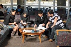 Gruppo vario di allievi che studing Fotografie Stock