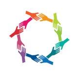 Gruppoj folkhänder i cirkellogo stock illustrationer
