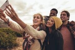 Gruppselfie på att fotvandra tur royaltyfri foto