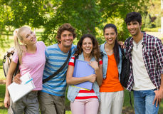 Gruppstående av lyckliga högskolavänner Royaltyfri Fotografi