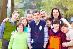 gruppstående av lyckligt folk med handikapp Arkivfoton