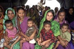 Gruppstående av mödrar med deras barn Arkivfoto