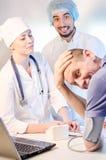 Gruppstående av medicinska doktorer och patienten arkivfoton