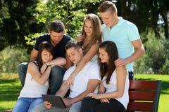 Grupptonåring och minnestavla Arkivfoto