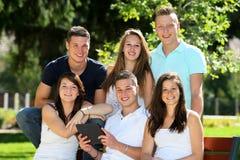 Grupptonåring och minnestavla Royaltyfri Foto