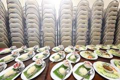 Gruppuppsättning av den asiatiska matmatställen som är klar att tjäna som på tabellen på lodisarna Arkivfoton