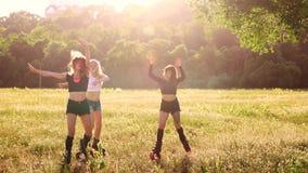 Grupputbildningskangoo Tre flickor på solnedgången i Park som gör kondition stock video