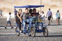 Gruppvänner på den pedal- rickshawen (risciò) Royaltyfri Fotografi