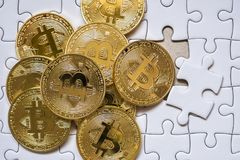 Grupuje Złocistego bitcoin na wyrzynarki tle z biznesowym pojęciem Fotografia Stock