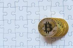 Grupuje Złocistego bitcoin na wyrzynarki tle z biznesowym pojęciem Zdjęcia Royalty Free