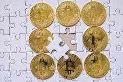 Grupuje Złocistego bitcoin na wyrzynarki tle z biznesowym pojęciem Obrazy Stock
