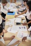 Grupy biznesowej brainstorming przy stołem, podwyższony zakończenie up zdjęcie royalty free