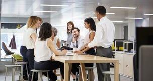 Grupy biznesowej brainstorming w otwartym planu biurze, zamyka up zdjęcia stock