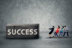 Grupy biznesowej ciągnięcia przeszkoda sukces Fotografia Stock
