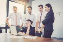 Grupy biznesowej spotkania praca zespołowa nieszczęśliwy i stres z problemowym fail zdjęcia stock