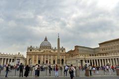 Grupy ludzi czeka w świętego Peter ` s Obciosują odwiedzać Sixtine kaplicę Zdjęcia Stock