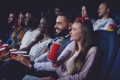 Grupy ludzi dopatrywania film w nowożytnej kinowej sala zdjęcie royalty free