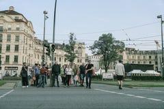 Grupy ludzi gromadzenia się czekanie dla zmiany skrzyżowanie światła na K Obrazy Royalty Free
