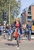 Grupy ludzi kolarstwo w centrum miasta, Amsterdam, holandie Zdjęcia Stock