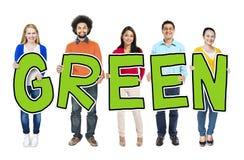 Grupy Ludzi mienia listu zieleni pojęcie zdjęcie stock