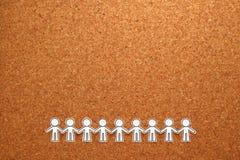 Grupy ludzi mienia ręki na tablicie informacyjnej Pracy zespołowej pojęcie zdjęcia stock