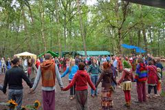 Grupy ludzi mienia ręki w okręgu, harmonia Obrazy Royalty Free