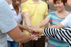 Grupy ludzi mienia ręki wpólnie Zdjęcia Stock