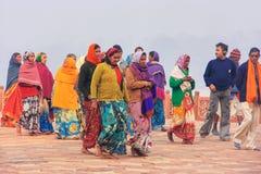 Grupy ludzi odprowadzenie przy Taj Mahal kompleksem w Agra, Uttar Prad Fotografia Royalty Free