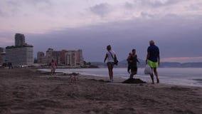 Grupy ludzi odprowadzenie wzdłuż plaży w Calpe, Hiszpania zbiory wideo