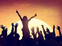 Grupy Ludzi przyjęcie w plecy Zaświecającym Obraz Royalty Free