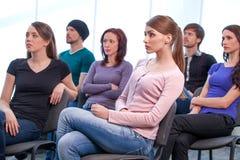 Grupy ludzi słuchający konwersatorium. Zdjęcie Stock