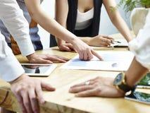 Grupy ludzi spotkanie w biurze zdjęcie royalty free