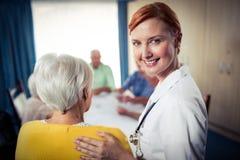 Grupy seniory z pielęgniarką fotografia stock
