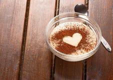 Grus med kakaohjärta överst Royaltyfri Foto