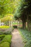 Grusbana som leder till gazeboen i trädgård Arkivfoto