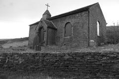 Gruselige alte Schwarzweiss-Kirche Lizenzfreie Stockfotografie