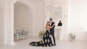 Gruselige Paare mit furchtsamem Halloween-Make-up in den Weinlesekostümen in einem Studio stock video