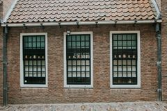 Gruselige Puppe geht in einem Fenster in Nijmegen voran Stockfotos