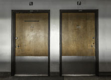 Gruselige Türen verließen Krankenhaus Stockfoto