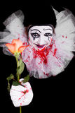 Gruseliger Clown gibt Zuschauern eine Rose Lizenzfreie Stockfotos