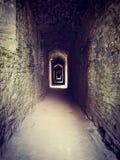 Gruseliger Durchgang in einem Schloss lizenzfreie stockfotos