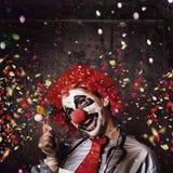 Gruseliger Geburtstagsclown an der Parteifeier Stockfotos