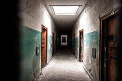 Gruseliger Gefängniskorridor lizenzfreie stockfotografie