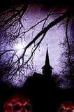 Gruseliger Halloween-Hintergrund mit einem Schattenbild einer Kirche und der SK Lizenzfreie Stockfotografie